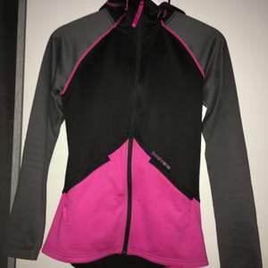 En jätte fin tränings tröja som är lite varmare perfekt för höst och vinter säsongen. Använd 2 gånger köpt förra året ( alla kläder är tvättade innnan jag postar) kontakta mig för mer bilder eller info 😋💕