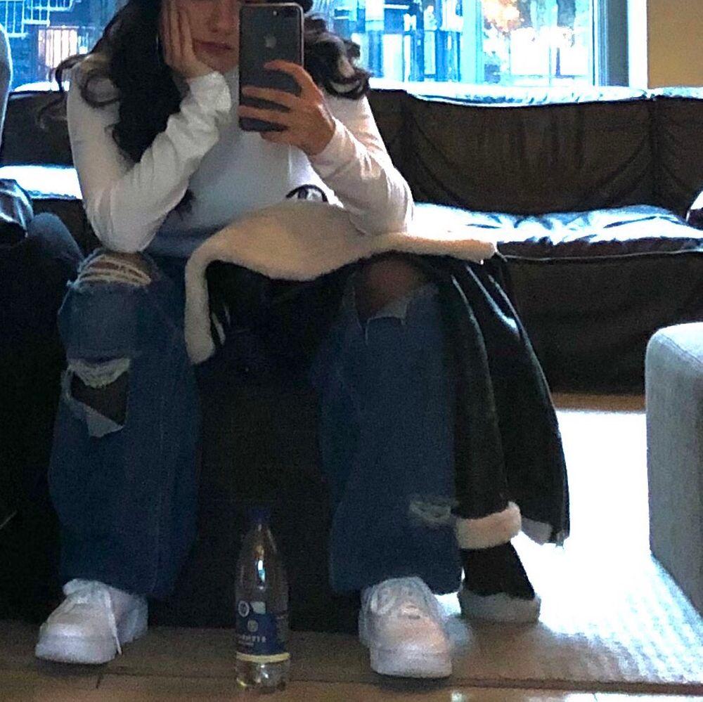 Boyfriend Jean med slitna detaljer från Boohoo. Frakt ingår 💖 SÄLJER pga fel storlek. . Jeans & Byxor.