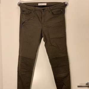 Olivgröna byxor i ganska stretchigt material, är i bra skick och sitter ritkigt bra. Storlek 34 köpta på Zara. Startbud 30kr, köpare står för frakt skickas spårbart 63kr eller möts upp i Malmö