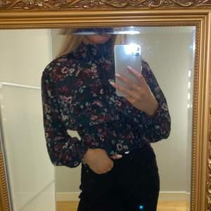 Säljer denna supersöta blommiga blusen i mesh från Gina Tricot. Strl 34. Använd några gånger men är i princip som ny🌸 säljer för 90kr + frakt💕💕