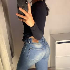 Ett par svarta lågmidjade crooker jeans. Supersnygga & formar ruman fint, säljer pågrund av att jag knappt använder dem då jag endast bär jeans som är högmidjade. Skriv ifall fler bilder önskas❤️ pris kan diskuteras