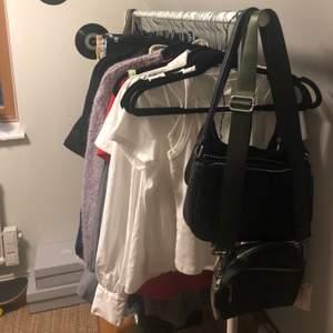 Helt ny mörkgrön väska från Lindex med lapp kvar. Fick i julklapp så vet ej vad den kostade :)