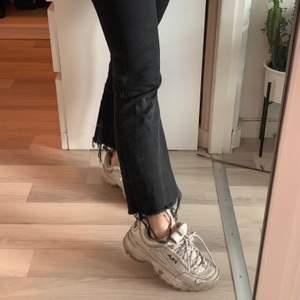 Svarta jeans med slitning längst ner från Crocker.