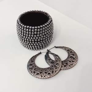 En samling stora smycken i trä och metall! Toppskick förutom att armbandet saknar två metall-pins som syns på bild 2!