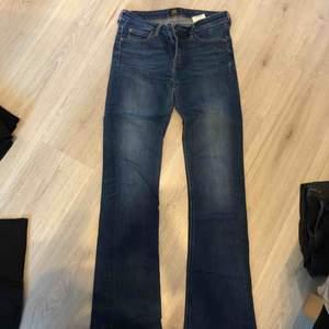 Säljer mina mörkblå Lee jeans i modellen bootcut, strl W27 L33. Jeansen är i bra skick. Obs, frakt ingår i priset och betalning sker vid swish.