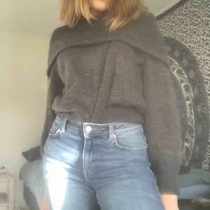 En mörkgrå lite oversize stickad tröja - offshoulder Supermysig och fint skick! Möts i slussen eller så tillkommer frakt :)