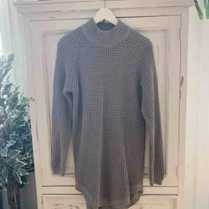 Stickad klänning i en grå färg