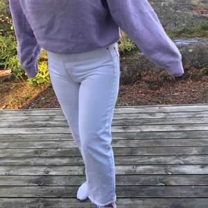 JÄTTE fina vita jeans från zara, storlek 38 men passar  36 oxå! Slitna och raka där nere, bara använda en gång så nästan som nya💜💙💜PRUTA