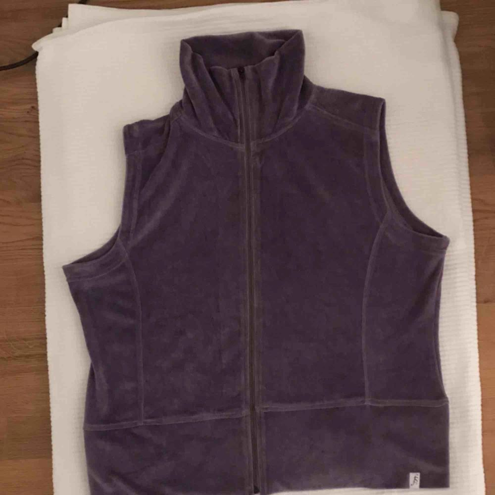 Sjukt cool vest, gula velour!! Ser ut så bra med en hoodie eller långärmad!  . Jackor.