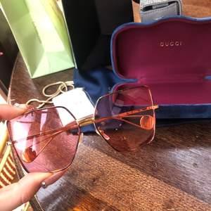ÄKTA Gucci solglasögon köpta i Paris på Gucci butiken vid Rue de Rivoli, i oktober 2019. Använda 4-5 gånger. I nyskick. Finns kvitto, äkthetsintyg. Skickar med Gucci påse. Köpta för 5500kr. Säljes för 3500kr.