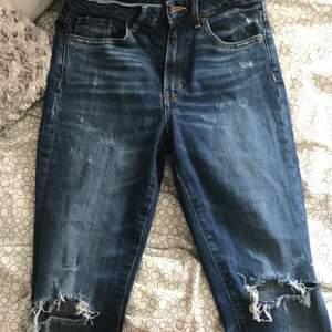 Håliga jeans, sparsamt använda, snygg blå färg på jeansen.