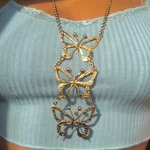 🦋Jätte fint fjärils halsband! Knappt använt och i perfekt skick. Para med ett ett pärl halsband för en soft fairy girl look🦋