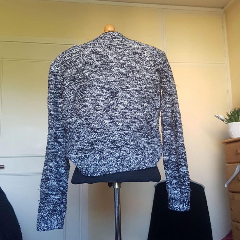 Säljer denna mysiga stickade tröja med flätade detaljer fram från HM då den inte längre används. Superskön och varm en kylig höstdag! Lite urringning också som inte går hela vägen upp till halsen. Passar S och M.. Tröjor & Koftor.