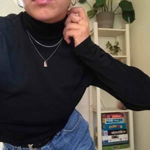 """Stilren och snygg svart polo! Köpt på humana för nåt år sen, passar verkligen till ALLT :-) Lite """"glansigt"""" stretchigt material som gör att den sitter som en smäck på vem som helst (jag är en small). FYND!! 🌹"""