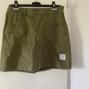 Militär grön kjol i storlek 36