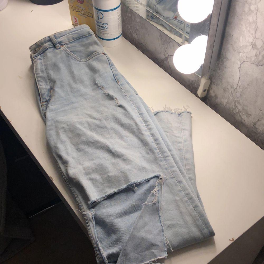 jätte snygga mom jeans från Hm, inköps priset var 399kr och har för mig att att de är slut då jag inte kan hitta dessa på hemsidan! frakt tillkommer. Jeans & Byxor.