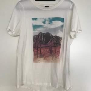 Säljer min t-shirt från Gina Tricot då jag aldrig använder den. Sparsamt använd. Köparen står för frakten 🦋