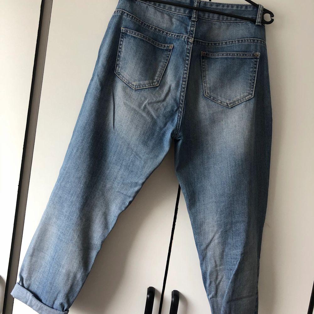 Jeans med hål på knä och lår. Storlek 38. Köparen står för frakt. 👖. Jeans & Byxor.