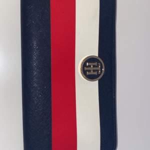 Jättesnygg plånbok från tommy hilfiger, använde den i va 1 vecka men den är i toppskick!! 💞💞 ordinarie pris: 800 kr