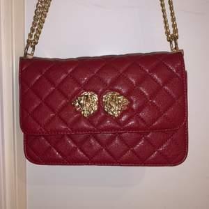 En skit snygg röd väska med guldiga detaljer som jag köpt för ett tag sen och som inte kommit till användning en enda gång och är som i helt nytt skick❤️ den har inte nåt speciellt märke utan köpte den på bara nån väskbutik😁 köpte väskan för 500kr och säljer den för 300kr