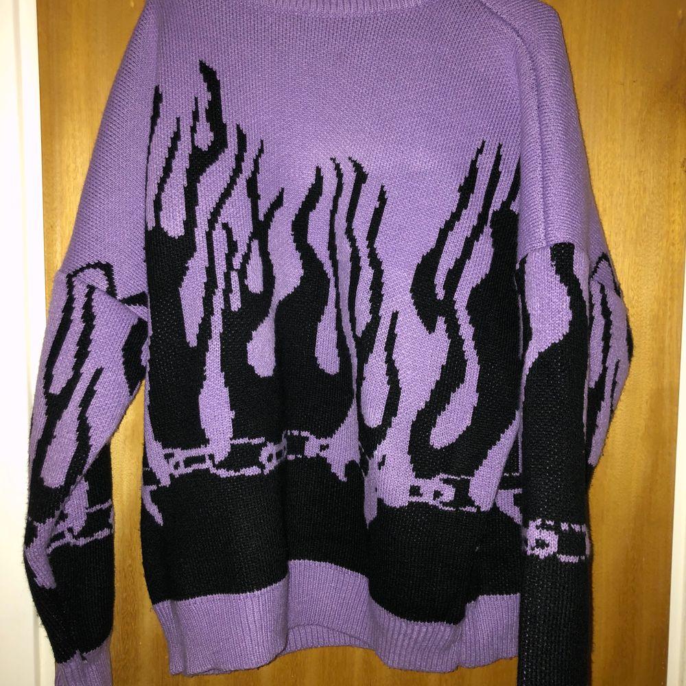 Säljer min asfeta flames tröja! Färgen är som den första bilden och den är perfekt oversize på mig som brukar ha S. Tröjor & Koftor.