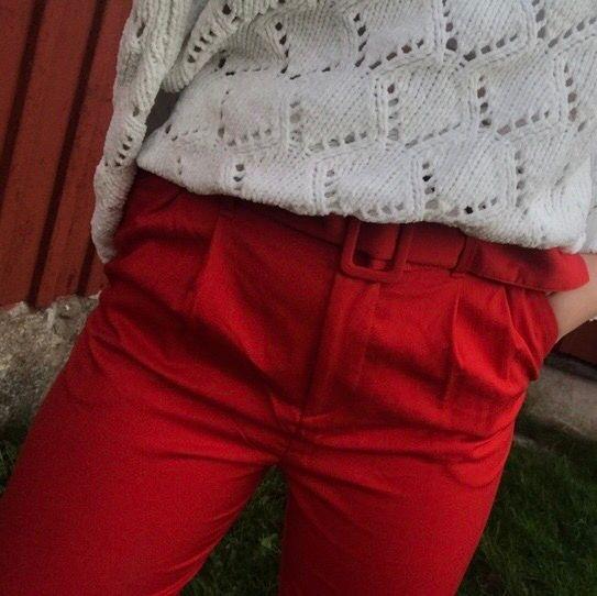 Säljer min röda kostymbyxor från HM😊 Dom är ca 3 mil för korta i benen för mig som är 175cm så jag skulle säga att dom passar perfekt till någon runt 1,60!! Dom är i super bra skick och endast använda på julafton förra året😃😃. Jeans & Byxor.