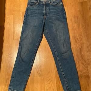 Mom jeans i blå från HM. Bra skick, säljer pga att dom är för stora. Storlek 36. 100 kr plus frakt
