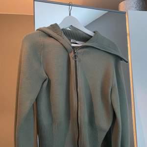 Säljer nu min fina olivgröna zip-up kofta från zara. Säljer pga att den inte kommer till användning. Den är i superbra skick. Köpare står för frakt 80 kr.