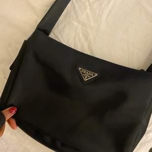 Prada väska, vet ej om den är äkta