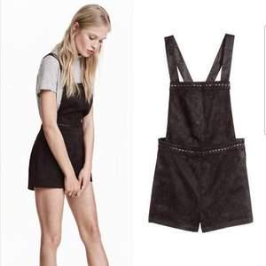 en söt jumpsuit med fejk mocka tyg. aldrig använt. kan hämtas i söderort i sthlm eller postas 💜