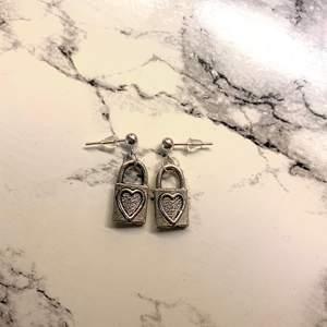 Handgjorda och oanvända örhängen med lås på💛💛 Frakt tillkommer med 11kr💛