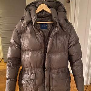 Säljer denna äkta äldre moncler jacka i dun, jag är vanligtvis en S-M och 1,75 cm lång, jackan går att justera i midjan!