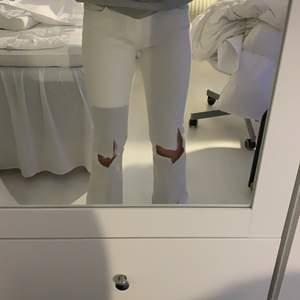 Jättefina bootcutjeans med hål på knäna, som nya