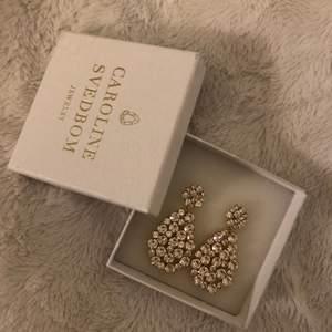 Selling those beautiful new earrings i unfortunetely dont wear big earrings. Original price 1195kr, måt 40x20mm, material- guldpläterad mäsing & swarovisk kristall
