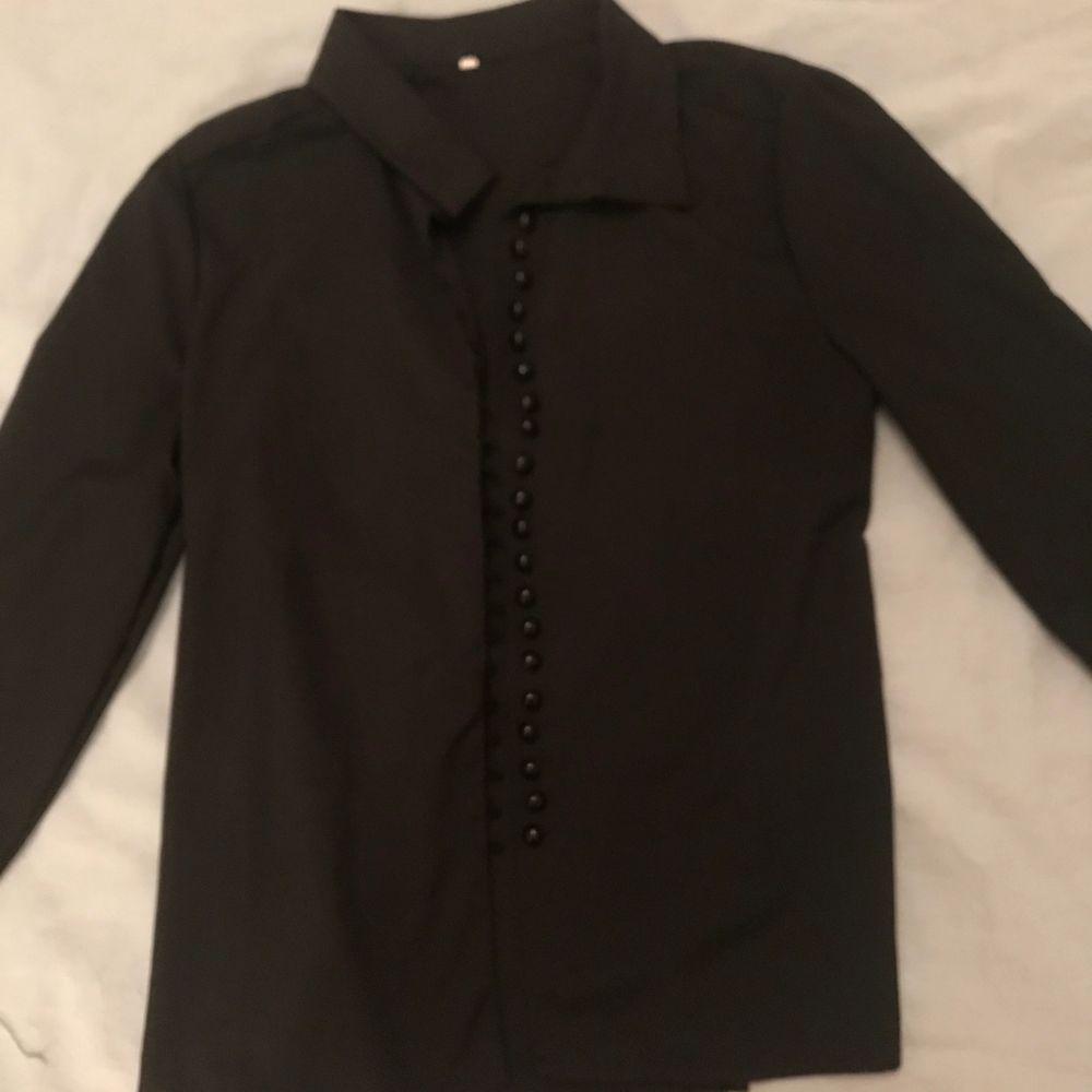 Svart skjorta men super fina knapp detaljer🖤 använd ca 2 gånger!. Skjortor.
