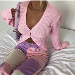 Säljer dessa as snygga byxor. Aldrig använda och köpta av en tjej här på plick. Skriv för fler bilder!:) bud: 100kr 💛