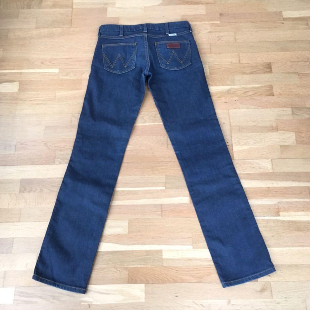 Ett par Wrangler-jeans i bra skick, mörkblå, rak modell, låg midja  Ev frakt tillkommer . Jeans & Byxor.