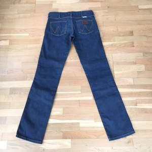 Ett par Wrangler-jeans i bra skick, mörkblå, rak modell, låg midja  Ev frakt tillkommer