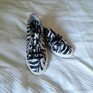 Oanvända Superga skor storlek 38. Animal print - zebra ! Säljes pga felköp. Tags och låda finns kvar. Ordinarie pris 798kr. Jag har totalt tre par Superga med olika animal prints. Jag lägger även upp dessa par i separata annonser. / Klara