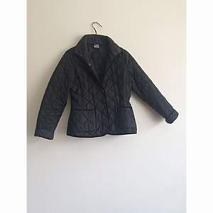 Super snygg svart jacka från Gina tricot. Väl använd men i fint skick! Frakt 56kr✨