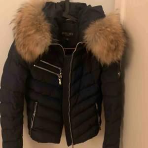 Hollies jacka i inprincip ny skick💕 marinblå med avtagbar päls. Köptes för ca 3800 kr i vintras. Kontakta om du är intresserad