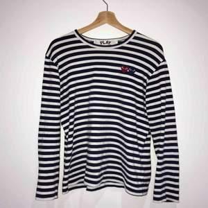 Supersnygg tröja från comme des garcons, den är i mycket bra skick. Jag har ca S/M i kläder, så denna är något liten i storlek.