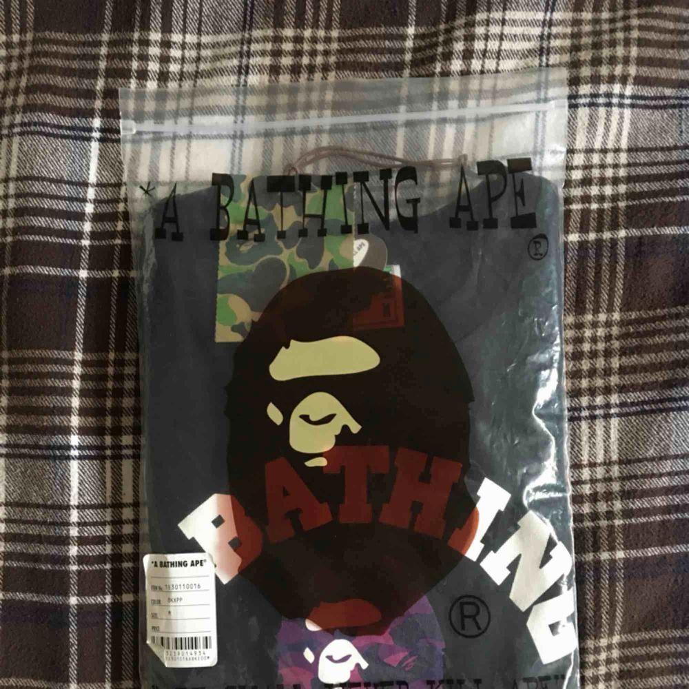 """""""A Bathing Ape"""" t-shirt köpt i NYC. Till utseendet nyskick, bara använd vid två tillfällen. Kommer i original zipbag! 🐒 Frakt tillkommer alternativt mötas upp i Gbg. . T-shirts."""