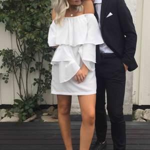 Jättegullig klänning med volanger! Använd en gång.   Kan mötas i växjö eller extra fraktkostnad!
