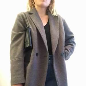 Supersnygg trendig kappa från HM i storleken 42. Storlek S/M kan därför ha en sweatshirt under om man vill. Då den är i 36% ull passar den bra nu på hösten och vintern. Inte köpt i år, men den är helt ny. Den har aldrig används utan endast prövats.
