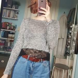 Finstickad gråmelerad mycket tunn tröja med snygg spetskant