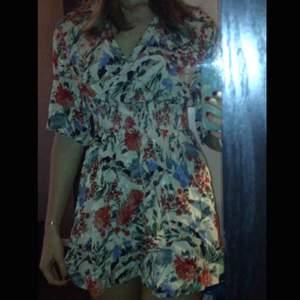 Klänning från Zara med floral mönster. Resor vid midjan vilket ger en fin passform!