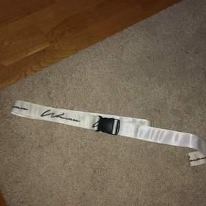 """Snyggt och coolt""""Tape belt"""" från boohoo vitt med knäppe där det står """"Women#      Frakt tillkommer"""