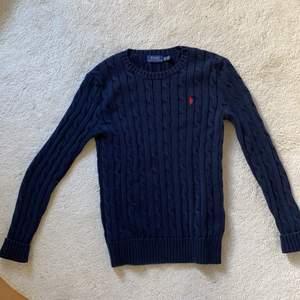 Jättefin marinblå Ralph lauren tröja. Säljs pga för liten! Storlek XS