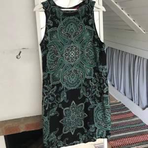 Klänning med mönster köpt på indiska. Har inte blivit av att jag använt den men tycker den är väldigt fin. Har en slags långkofta jag också säljer som passar väldigt bra till och som jag burit ihop med klänningen. Du står själv för frakt 😊